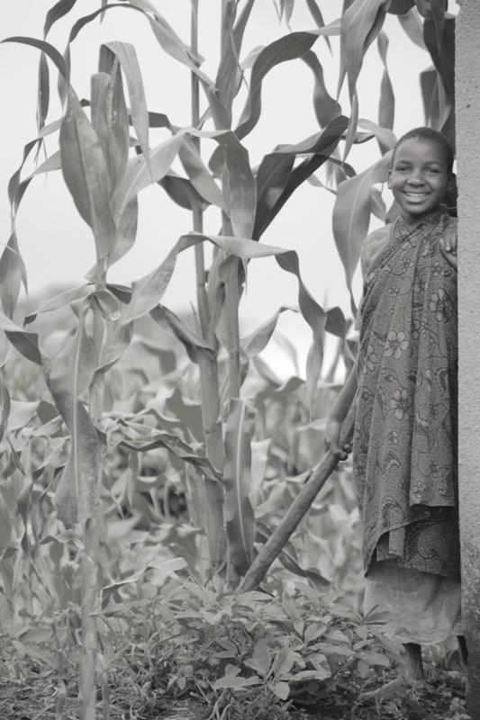 091222 Tea Plantation girl Tanzania