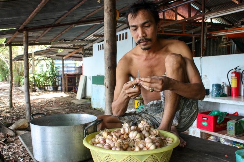Thanh Da-Man peeling garlic